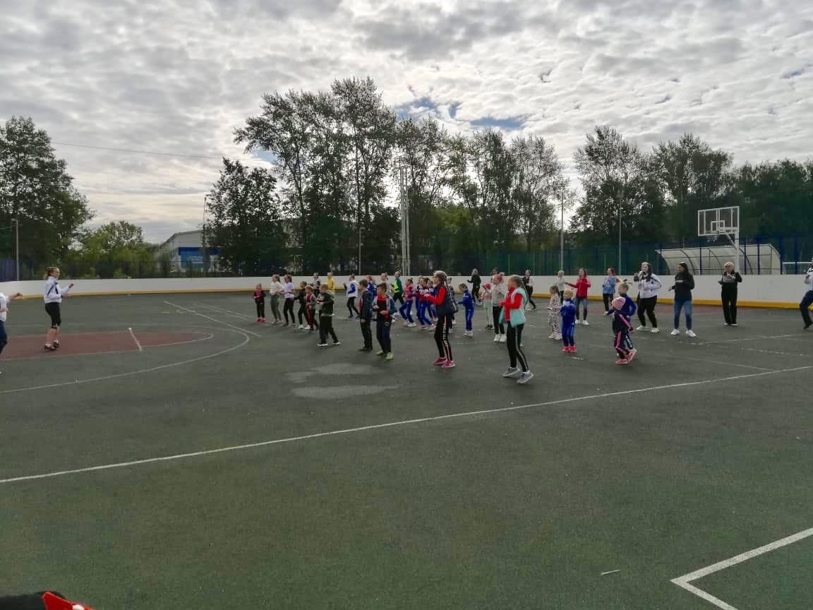 15 августа праздничные мероприятия посвящённые Дню города #Озеры95на Стадионе им. А. Гринина начались с общегородской зарядки.