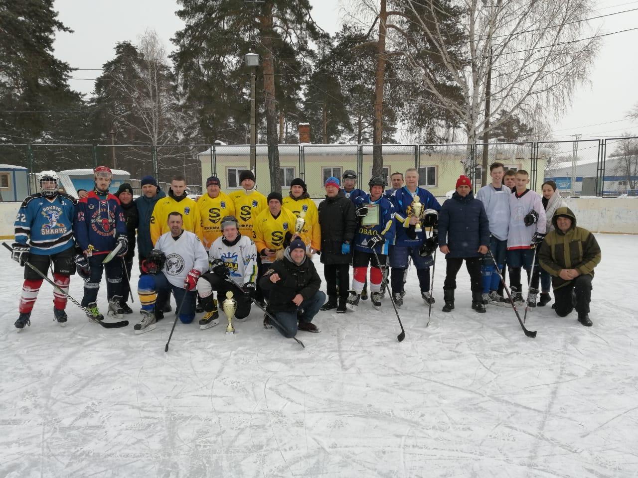 22 февраля на хоккейной коробке Стадиона им. А.Гринина состоялся Открытый турнир на открытом воздухе по хоккею «POND HOCKEY TROPHY – Озёры 2021».